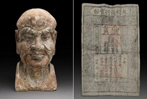 Древние деньги внутри древней китайской статуи.
