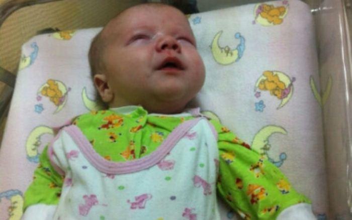 Двухмесячного малыша нашли возле мусоропровода.