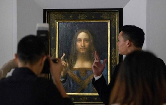 Картина «Спаситель Мира» в аукционном доме Christie's.   Фото: dailymail.co.uk.