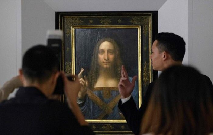 Картина «Спаситель Мира» в аукционном доме Christie's. | Фото: dailymail.co.uk.
