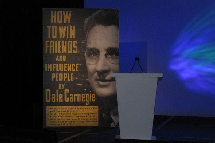 Автор книги *Как завоевывать друзей и оказывать влияние на людей* | Фото: aif.ru