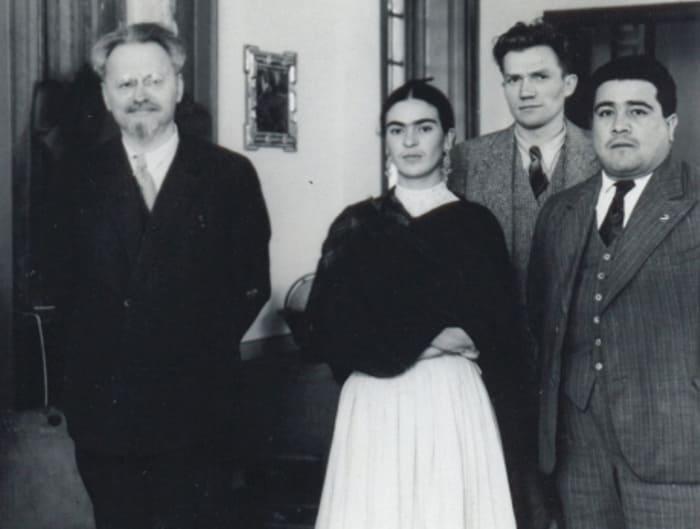 Художница Фрида Кало стала последней страстью революционера Льва Троцкого. | Фото: aif.ru