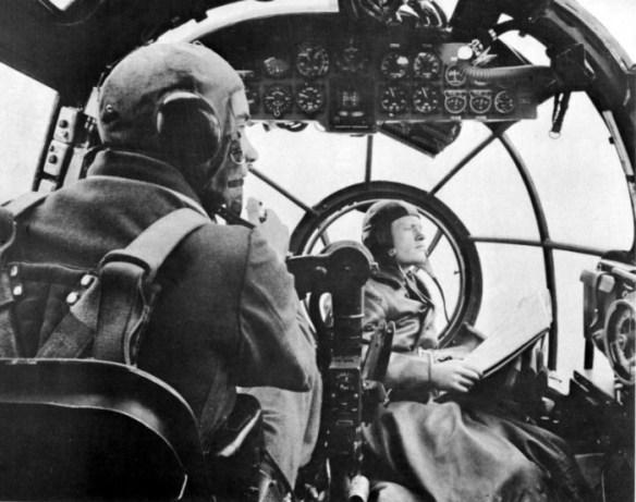 Пилот и бомбардир в кабине немецкого бомбардировщика «Хейнкель-111». | Фото: waralbum.ru.