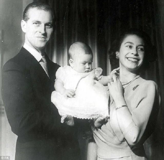 Счастливые родители с наследником (принцем Чарльзом) на руках