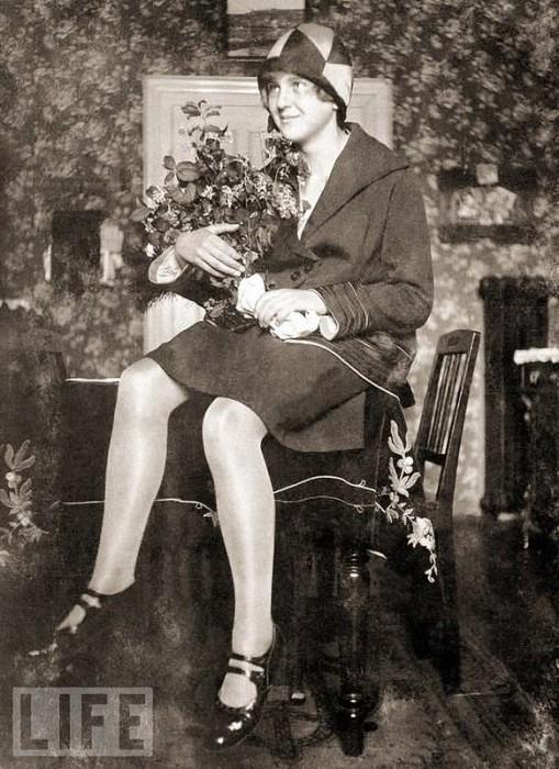 Мюнхен, 1929 год. Именно в этом году, когда ей было всего 17 лет, Ева Браун познакомилась с Гитлером. Снимок сделан в гостиной мюнхенской квартиры семьи Браун.