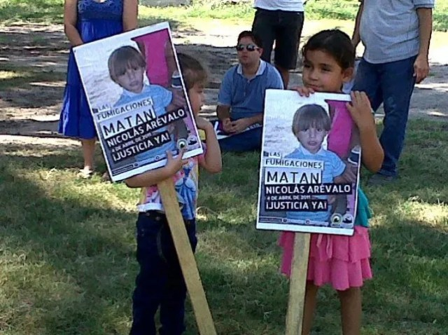 protesta. Amiguitos de Nicolás Arévalo en una manifestación por justicia de vecinos de Lavalle
