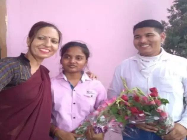 अपनी टीचर के साथ टॉपर रिया जैन और अनुराग मलिक