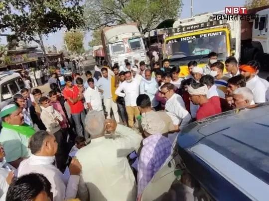 attack on rakesh tikait: kisan neta rakesh tikait par alwar mein hamala:  किसान नेता राकेश टिकैत पर अलवर में हमला - Navbharat Times