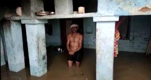 मथुरा का ऐसा बुरा हाल, घरों में घुसा नाले का पानी, सड़क पर आ गया सामान