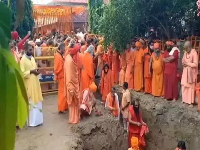 Mahant Narendra Giri took the land tomb