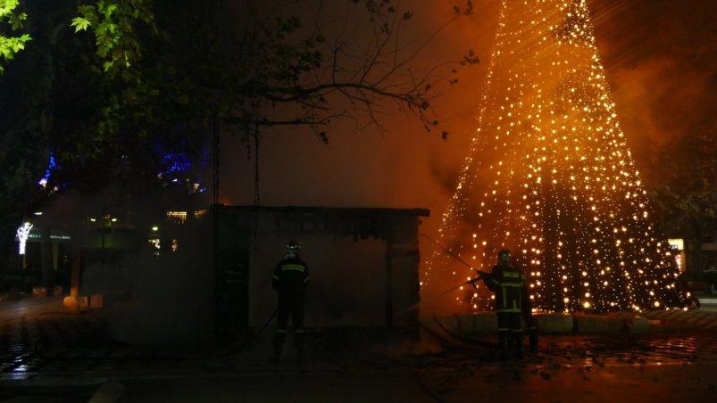 Λάρισα: Κάηκε ολοσχερώς η φάτνη στην Κεντρική Πλατεία (φωτ.)