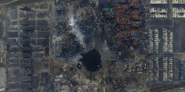 Vue aérienne du site après la catastrophe. L'une des deux explosions a provoqué la formation d'un cratère d'une dizaine de mètres.