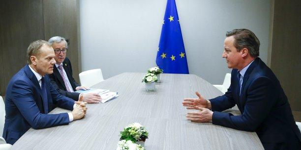 Selon une source européenne, c'est avec un « ton sévère » que le Premier ministre britannique David Cameron s'est adressé à ses homologues. (Photo: David Cameron, lors de la réunion bilatérale à Bruxelles, ce vendredi 19 février, face à Donal Tusk, président du Conseil européen, et Jean-Claude Juncker, président de la Commission européenne.)