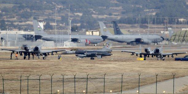 Pendant la tentative de coup d'État en Turquie, en juillet, la base aérienne américaine d'Incirlik a été privée d'électricité, et le gouvernement turc a interdit aux appareils américains d'atterrir ou de décoller du territoire. (photo du 11 décembre 2015:  Au premier plan, sur la base d'Incirlik, en Turquie, un F-16 turc entre deux A-10 Thuderbolt américains.)