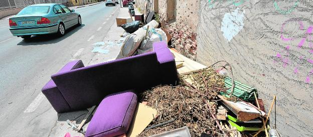 Usual point of illegal garbage dump on the Camino Viejo de Monteagudo, where furniture waste accumulates along with pruning remains.  Mayor and vice mayor contemplate the signing of the agreement with the fairgrounds.
