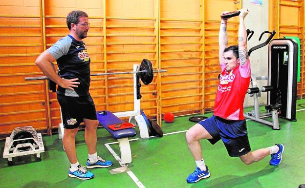 Mati Rosa is observed by Francisco Javier Jimeno, from Innova Fisioterapia, while he exercises in the Sports Palace.