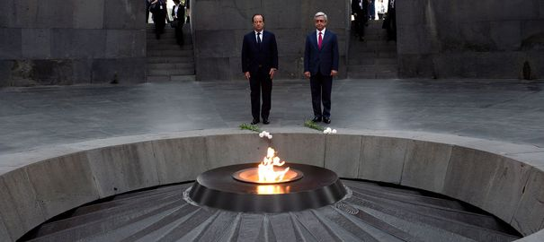 """François Hollande et le président arménien Serge Sarkissian à Erevan, en mai 2014. </p><br /> <p>French President Francois Hollande (C-L) and Armenian President Serzh Sarkisian pay tribute at the genocide memorial, which commemorates the 1915 mass killing of Armenians in the Ottoman Empire, in Yerevan, on May 12, 2014. Hollande started a three-day visit to the South Caucasus (Azerbaijan, Armenia and Georgia) on Sunday as he seeks to bolster European ties on Russia's southern doorstep amid the crisis in Ukraine. Hollande said his tour of Caucasus countries """"is not directed against anyone but aims to reinforce ties between Europe, France, and partners that today are independent and worried about their development"""". AFP PHOTO / STEPHANE DE SAKUTIN"""