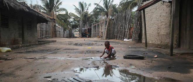 Un enfant joue dans les rues du port de Pemba, ou sont attendus des bateaux evacuant des habitants de la ville de Palma, prise par les djihadistes de Daech le 24 mars 2021.