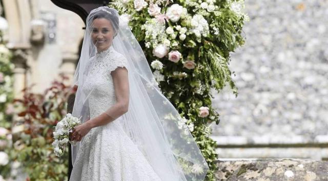 Pippa Middleton in ihrem Designer-Brautkleid des britischen Modemachers Giles Deacon kurz vor der Trauung