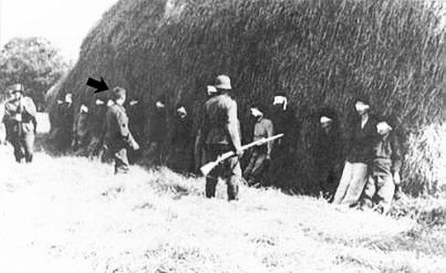 Fotografija strijeljanja partizana iz 20. srpnja 1941. godine. Vjeruje se da se na njoj nalazi Joseph Shultz, vojnik bez šljema na glavi, alioko toga postoje prijepori(FOTO: Wikipedia)