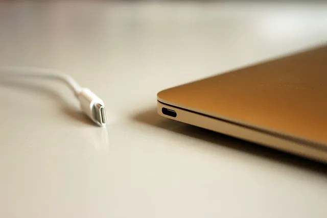 porta USB-C e cavo