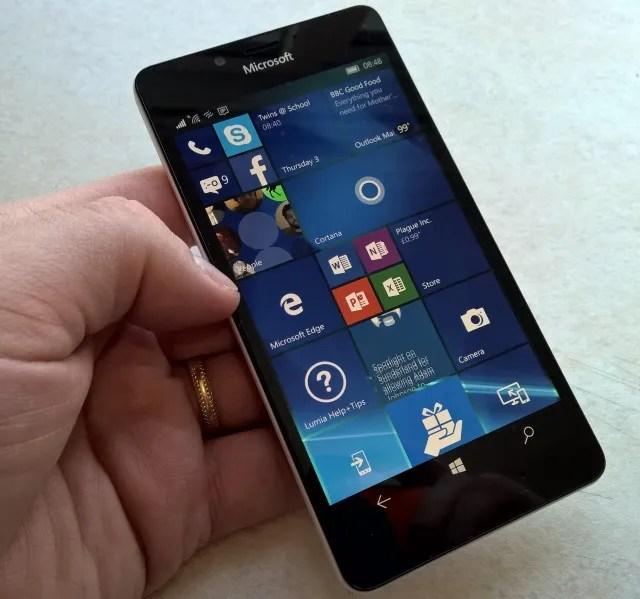 Il Nokia Lumia 950 presenta la tecnologia Continuum, che abilita un desktop Windows 10.