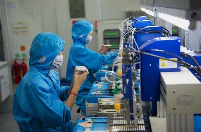 خط إنتاج الإلكترونيات في المصنع الصيني