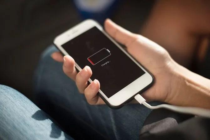 Dovresti tenere una batteria scarica completamente carica