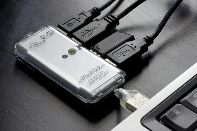 Полный USB-концентратор подключен к ноутбуку