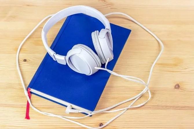 Auriculares conectados a un libro