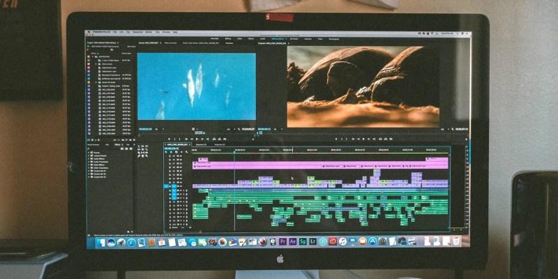 iMac画面のAdobe Premiere Proウィンドウ