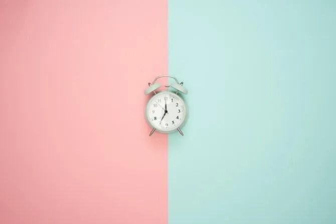 часы на двухцветном фоне