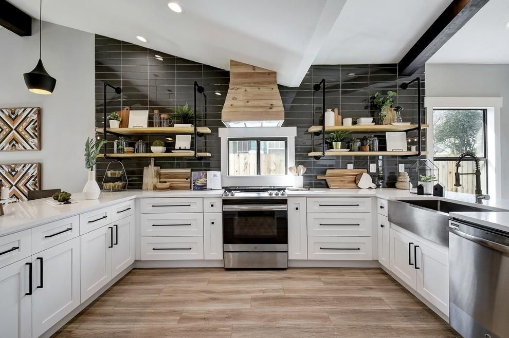 Bold Black to Glossy Mirrors: Trendy Kitchen Backsplash ... on Black Countertop Backsplash Ideas  id=70739