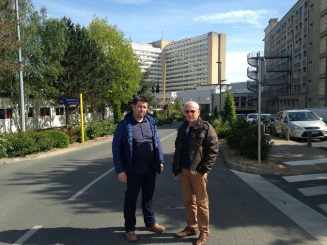Nicolas Boué et Jean-Louis Mimault devant le CHU de Poitiers. © ES