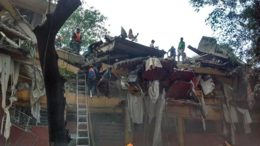 Sauvetage d'un enfant réellement enseveli dans le quartier de Coyoacan, au sud de Mexico © @PAG_Coyoacan