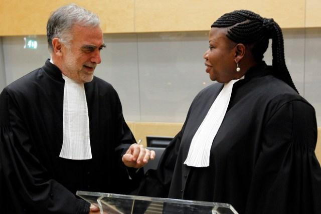 Luis Moreno Ocampo et Fatou Bensouda, procureurs de la CPI, en juin 2012, à La Haye. © Reuters