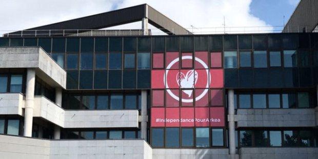 Au siège du Crédit Mutuel de Bretagne au Relecq-Kerhuon (Finistère), une bannière arbore le mot d'ordre « Indépendance pour Arkéa ». © DR