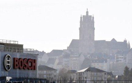 L'usine d'Onet-le-Château et la cathédrale de Rodez. © José A. Torres / AFP