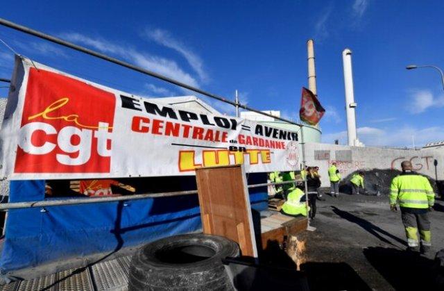 Devant la centrale à charbon de Gardanne, en janvier 2019. Les salariés viennent d'obtenir la suspension du PSE les visant. © Gérard Julien / AFP