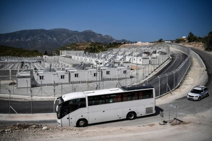 Un bus de migrants arrive dans le camp de rétention de Samos, le 20 septembre. © Photo Louisa Gouliamaki / AFP