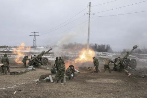 Alors que le cessez-le-feu est en vigueur depuis le 15 fevrier 2015, dans les bois Ouglegorsk, des batteries de 152 mm tirent su