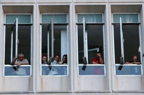Des salariés de la télévision publique grecs dans les locaux de l'ERT, le 11 juin 2013.