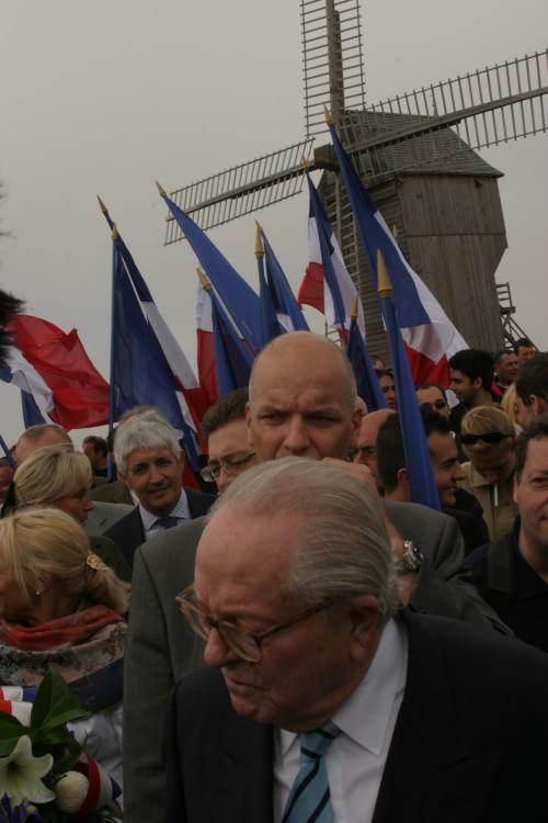 Philippe Péninque (cheveux blancs) avec Marine et Jean-Marie Le Pen, le 20 septembre 2006, à Valmy.