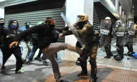 Manifestants aux prises avec la police, le 18 octobre, à Athènes.