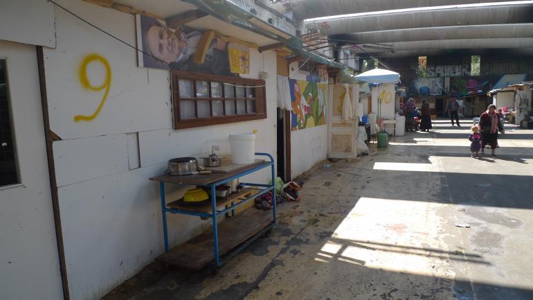 Les ustensiles de cuisine débordent à l'extérieur des maisons. (CF)
