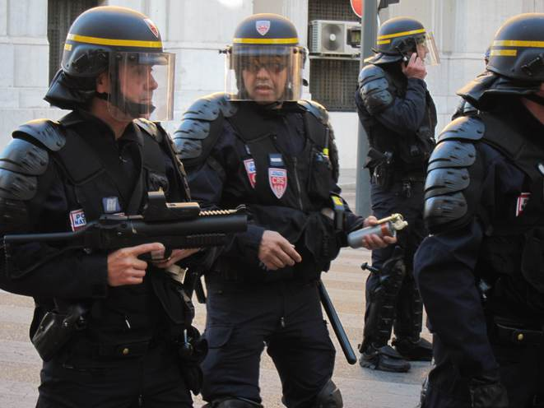 CRS armés d'un LBD 40×46 lors d'une manifestation à Marseille en juin 2013.