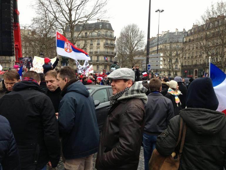Axel Loustau, à droite de l'homme à l'oreillette.