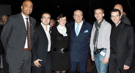 Laura Lussaud posant avec David Rachline, secrétaire national du FN (à sa droite) et Jean-Marie Le Pen (à sa gauche).