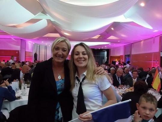 Marine Le Pen et Anne-Sophie Leclere, la candidate de Rethel qui a depuis été suspendue.