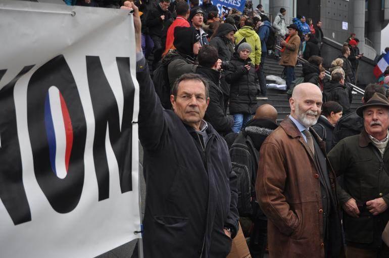 Renaud Camus (au centre), devant l'Opéra, place de la Bastille, dimanche.